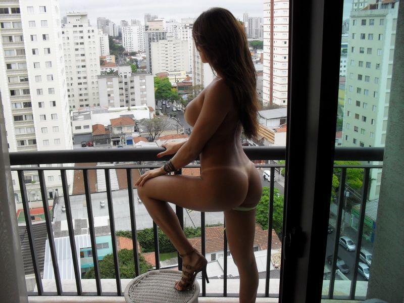 Esposa-cavala-exibicionista-peladona-no-apartamento-6