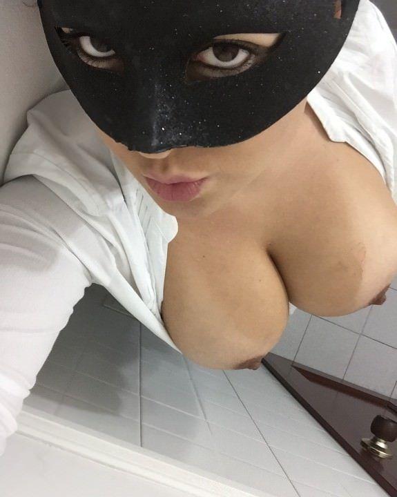 Morena-mascarada-mostrando-os-peitões-gostosos-10