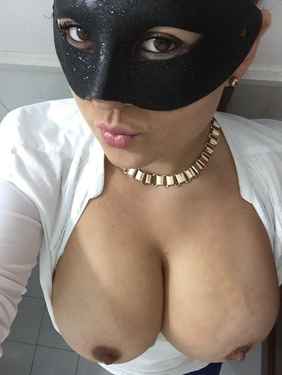 Morena-mascarada-mostrando-os-peitões-gostosos-18