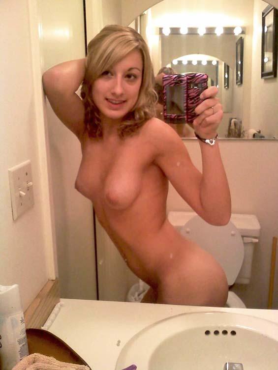 Loira-novinha-tirando-selfie-no-espelho-pelada-3