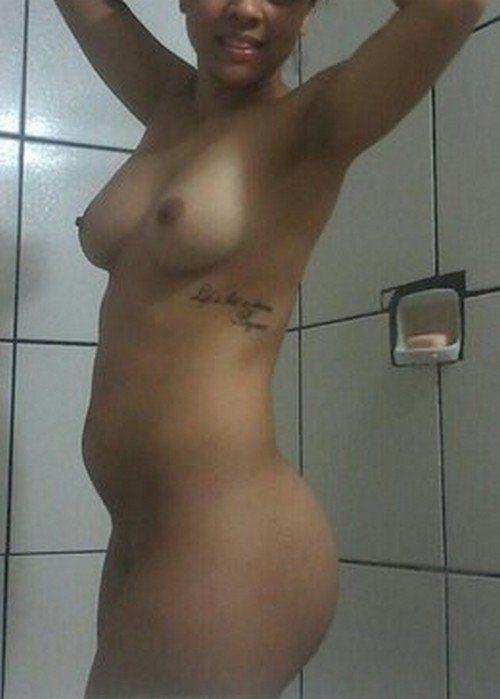 Tirou-fotos-pelada-no-banheiro-e-caiu-na-net-2