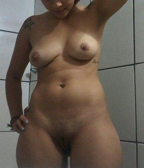 Tirou-fotos-pelada-no-banheiro-e-caiu-na-net-4