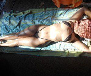 Coroa deliciosa tomando sol de biquíni