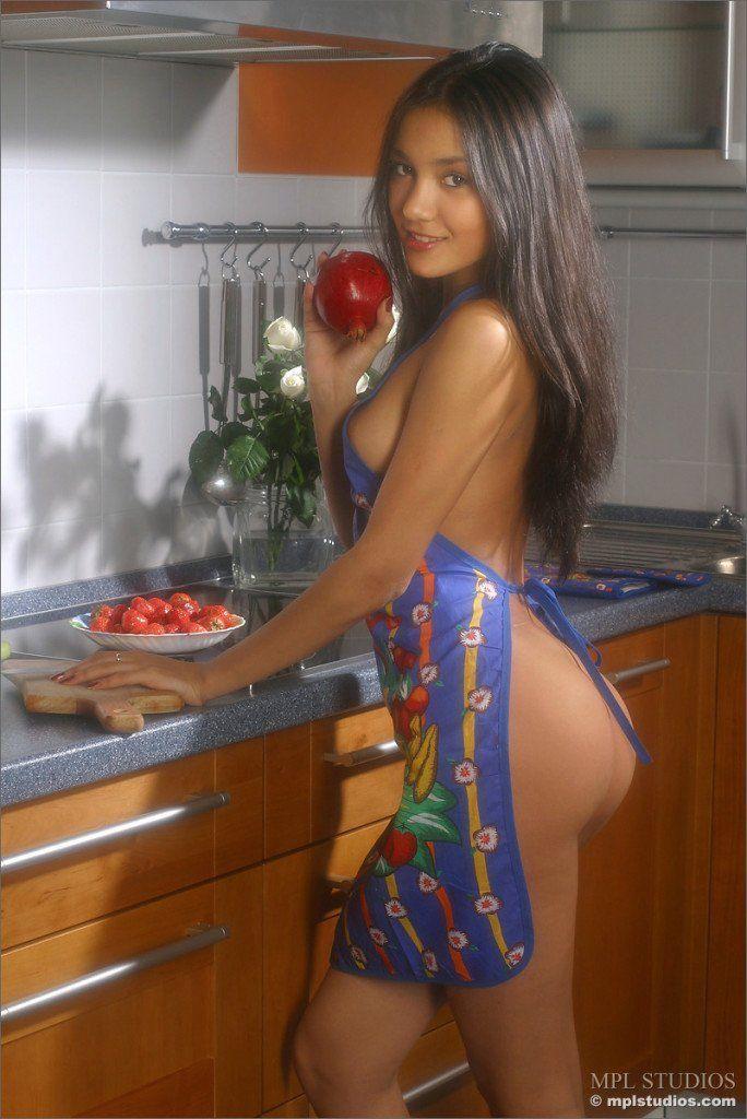 Novinha-perfeita-pelada-na-cozinha-1