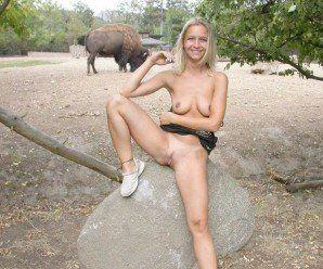 Loira exibicionista pelada no zoológico