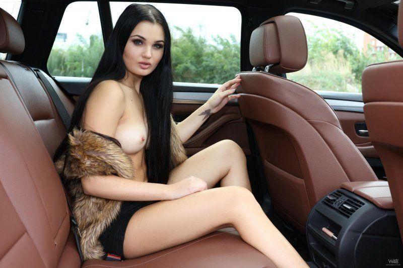 kolumbiyskaya-pozi-v-avto-goliy-devushki-fotoset