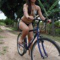 Gostosa de biquíni na bicicleta