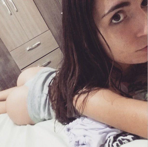 Novinha-de-19-aninhos-peladinha-no-quarto-1