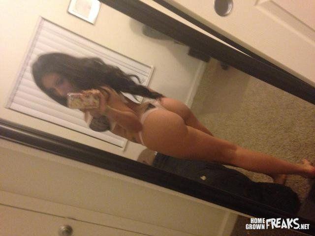 gostosa-fazendo-selfies-pelada-14