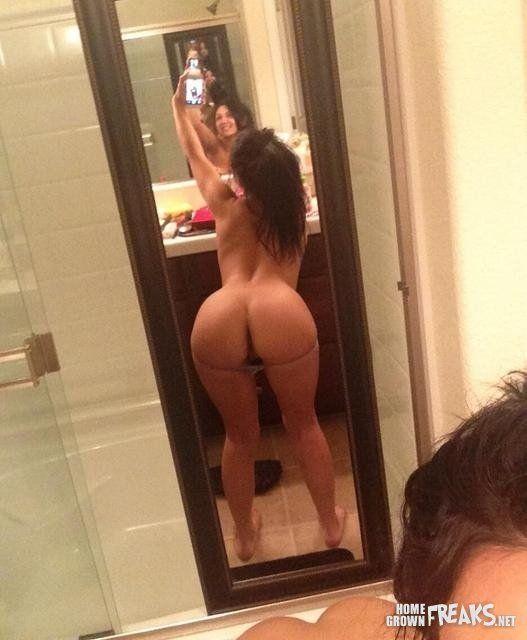 gostosa-fazendo-selfies-pelada-15