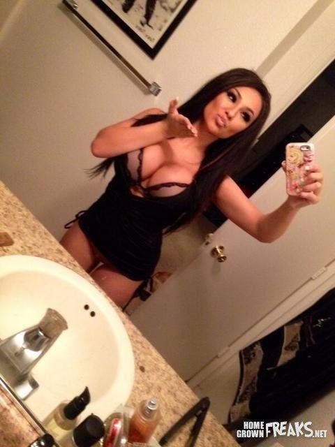 gostosa-fazendo-selfies-pelada-4