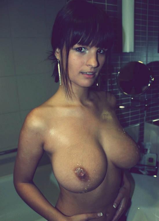 peituda-gostosa-pelada-no-banheiro-6