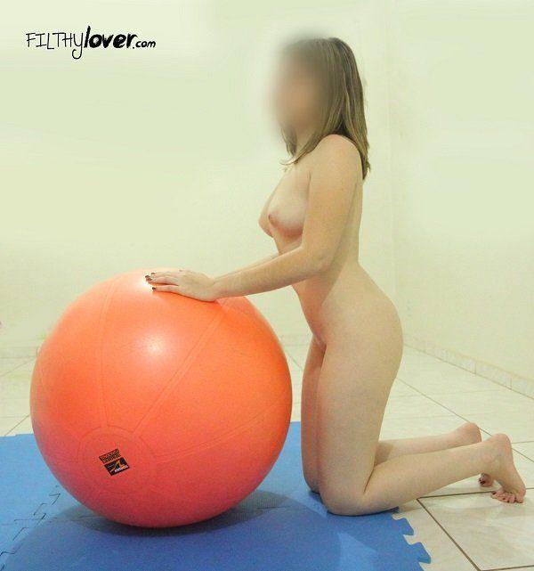 casada-gostosa-fazendo-pilates-pelada-17