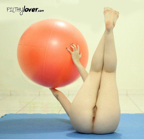 casada-gostosa-fazendo-pilates-pelada-2