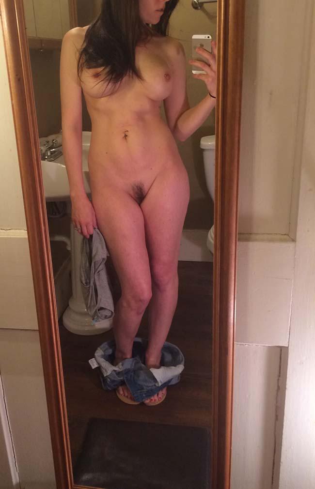 Gatinha-peituda-selfies-nude-no-espelho-17