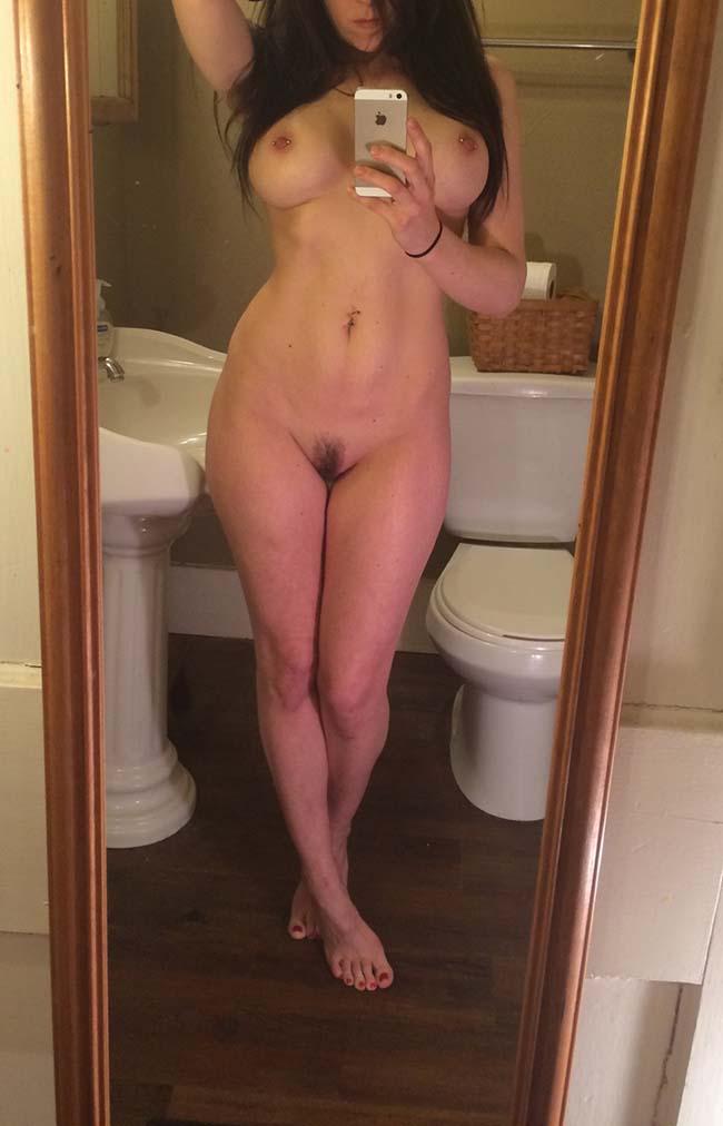 Gatinha-peituda-selfies-nude-no-espelho-18