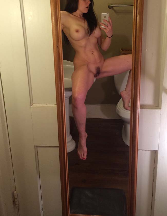 Gatinha-peituda-selfies-nude-no-espelho-23