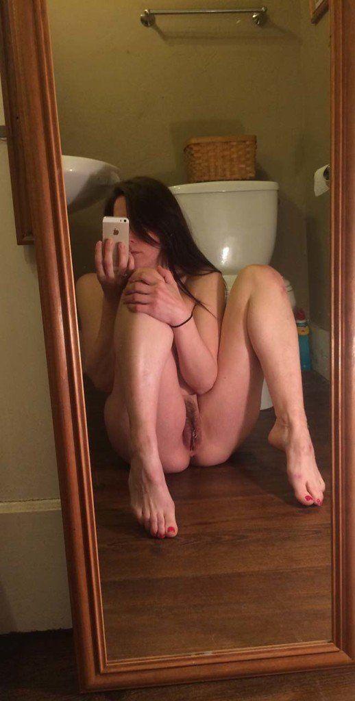 Gatinha-peituda-selfies-nude-no-espelho-6