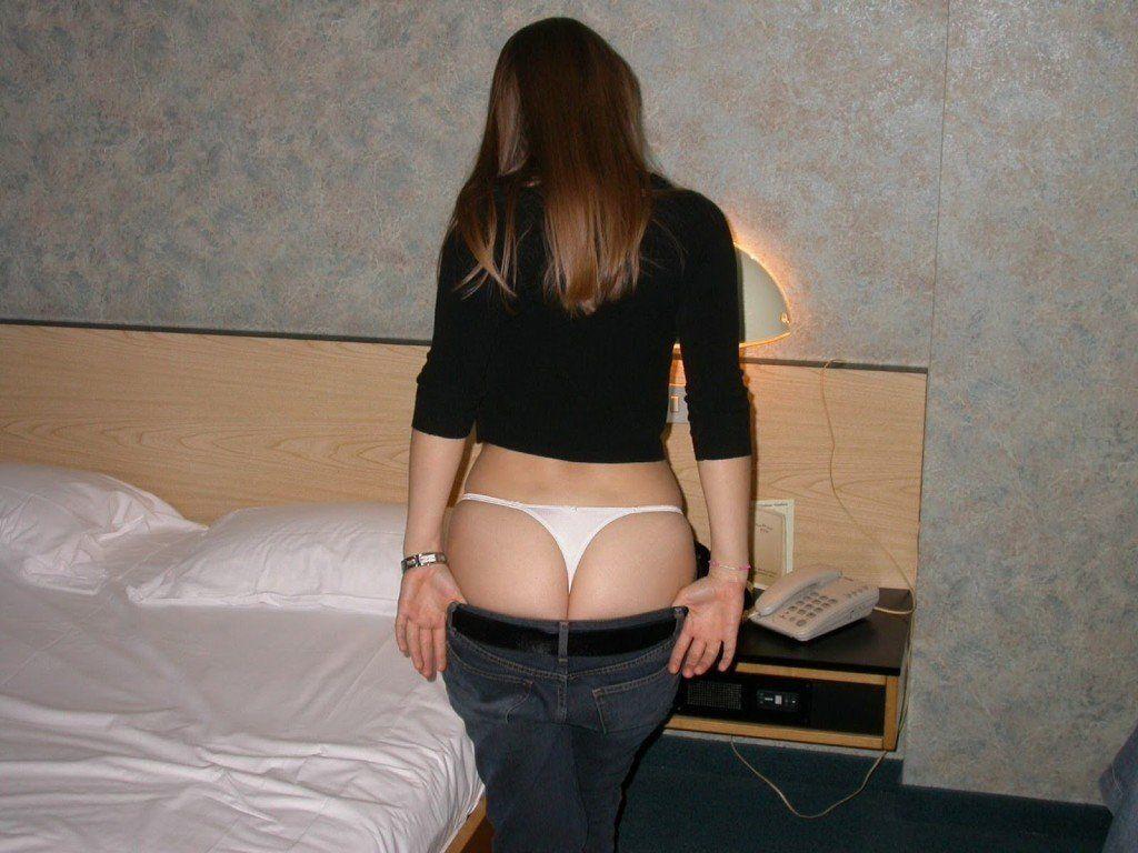 Novinha-linda-e-gostosa-tirando-muitas-fotos-pelada-buceta-no-motel-1