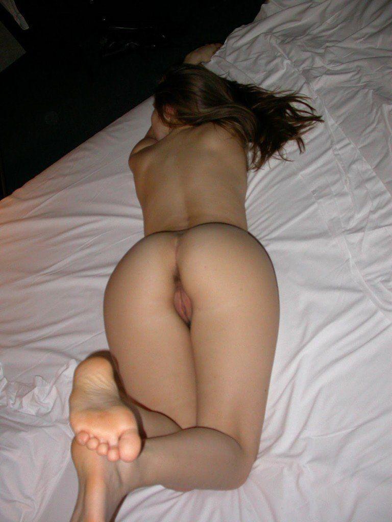 Novinha-linda-e-gostosa-tirando-muitas-fotos-pelada-buceta-no-motel-5