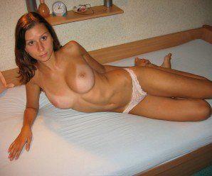 Gatinha sapequinha pelada em casa