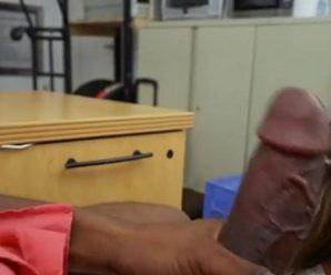 Safada fazendo boquete no negão dotado