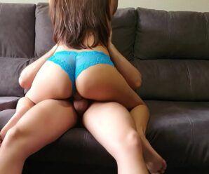 Porno de novinha gostosa fodendo no sofá