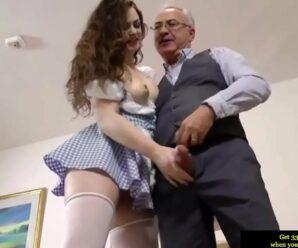 Sexo ninfeta gostosa dando para um velho tarado